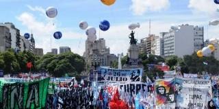 TRABAJADORES – Régimen | Comienzan a llegar multitudes a la Plaza de los dos Congresos.