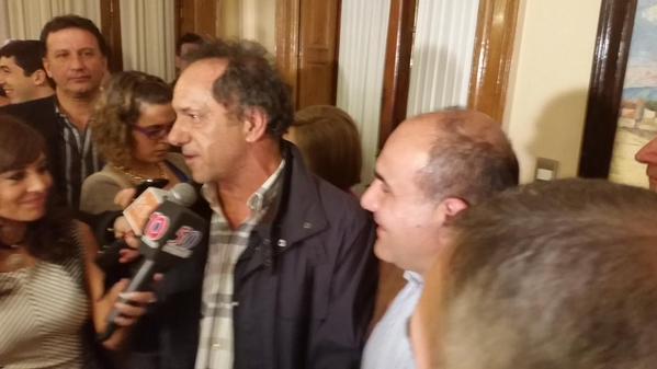 El candidato presidencial del FPV es recibido por Juan Manzur, probable Gobernador de Tucumán. Ambos esperaron juntos los resultados definitivos.