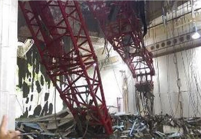 Como consecuencia de la lluvia una grúa que trabaja en la ampliación de La Meca se desplomó sobre los fieles con un trágico saldo.
