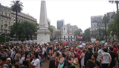 Multitud defendiendo la libertad de expresión en Plaza de Mayo.