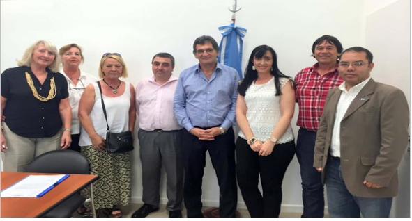 El funcionario Avruj con familiares de represores de la dictadura empresario-militar.