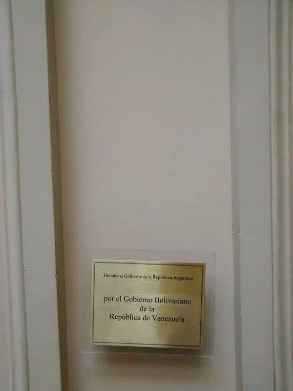 En la base se muestra que las obras habían sido donadas por el Gobierno de Venezuela. FOTO: TELESUR.
