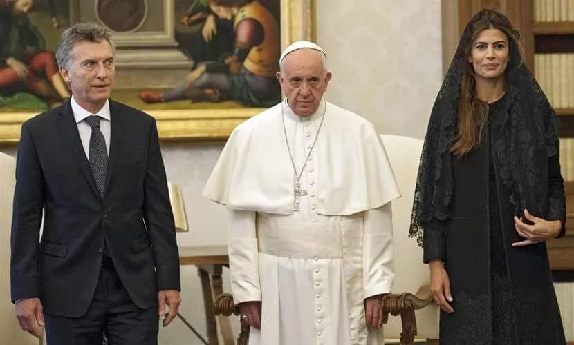El Jefe de los católicos romanos recibió a Macri y su esposa solo durante 22 minutos incluidos los saludos.