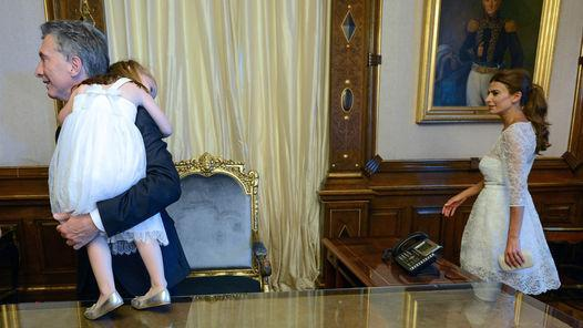 Awada le pasó a Macri a la nena dormida para que el fotógrafo hiciera una instantánea. A los dos metros le pasó su hija a un asistente.