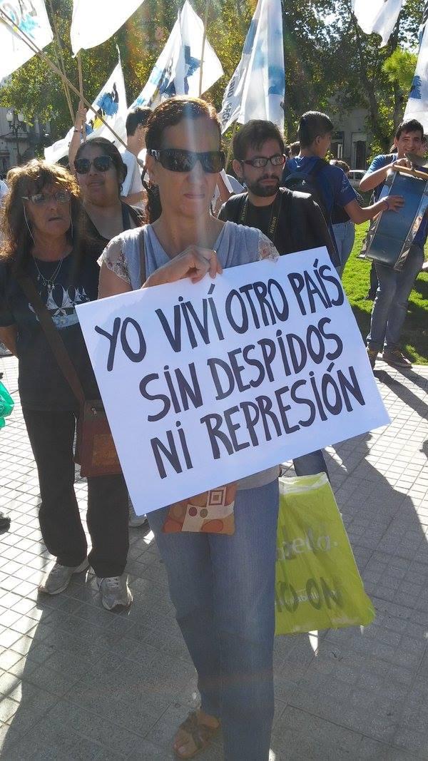 En forma organizada y espontánea los rosarinos le mostraron su rechazo a Macri.  FOTO: YPF Nacional y Popular