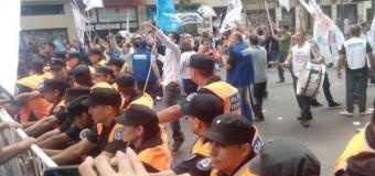 TRABAJADORES – Régimen   Reprimen a bancarios mientras Macri hablaba de concordia.