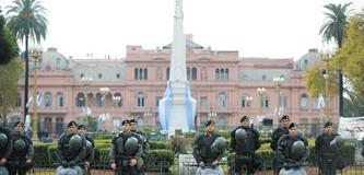 CAOS – Régimen | Macri aumenta 55 % a gendarmes y prefectos. Los quiere vitales para la represión próxima.