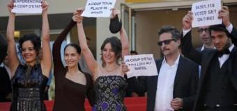 """REGIÓN – Brasil   Equipo del filme """"Aquarius"""" protestó en Cannes contra """"golpe"""" en Brasil."""
