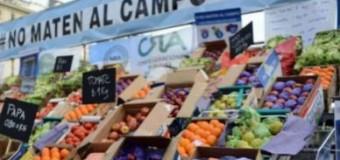 ECONOMÍA – Frutihortícolas   Productores de frutas desesperados regalan miles de kilos en el centro de la Ciudad de Buenos Aires.