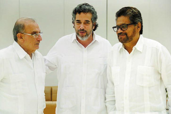 La delegación del Gobierno de Santos firma la paz definitiva con el Comandante Iván Márquez.