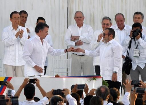 Santos y Timochenko firman la paz. FOTO: ANDES