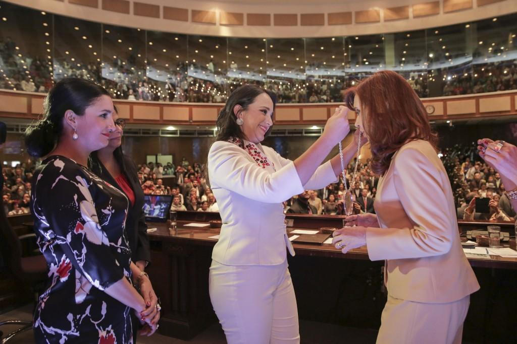 Cristina Fernández recibe el reconocimiento Manuela Sáenz. FOTO: CFK