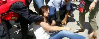 La Diputada Mayra Mendoza reprimida en la puerta del jusgado jujeño.