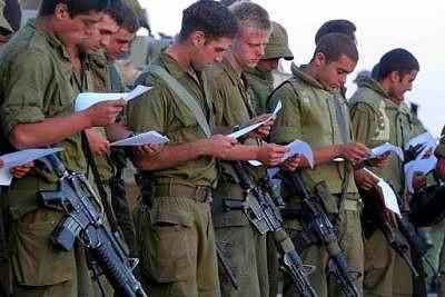 Después de estar tres años en el Ejército simulan ser mochileros y trabajan para el MOSSAD judío.