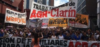 TRABAJADORES –  Censura | Clarín altera su transmisión televisiva para ignorar a sus 380 trabajadores despedidos y reprimidos.