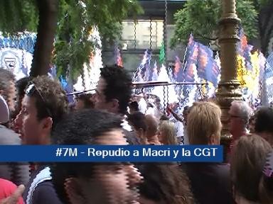 La CGT  por su tibieza fue tan repudiada como Macri.