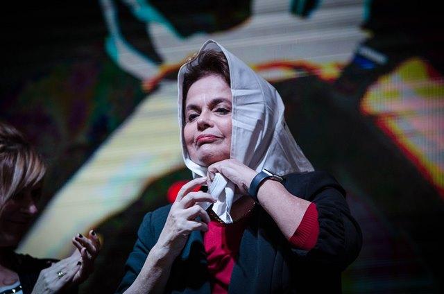 Dilma Rousseff se pone el pañuelo que le dieron las Madres de Plaza de Mayo.
