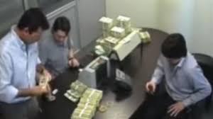 En la financiera cuentan el dinero para IECSA, la empresa de Mauricio Macri.
