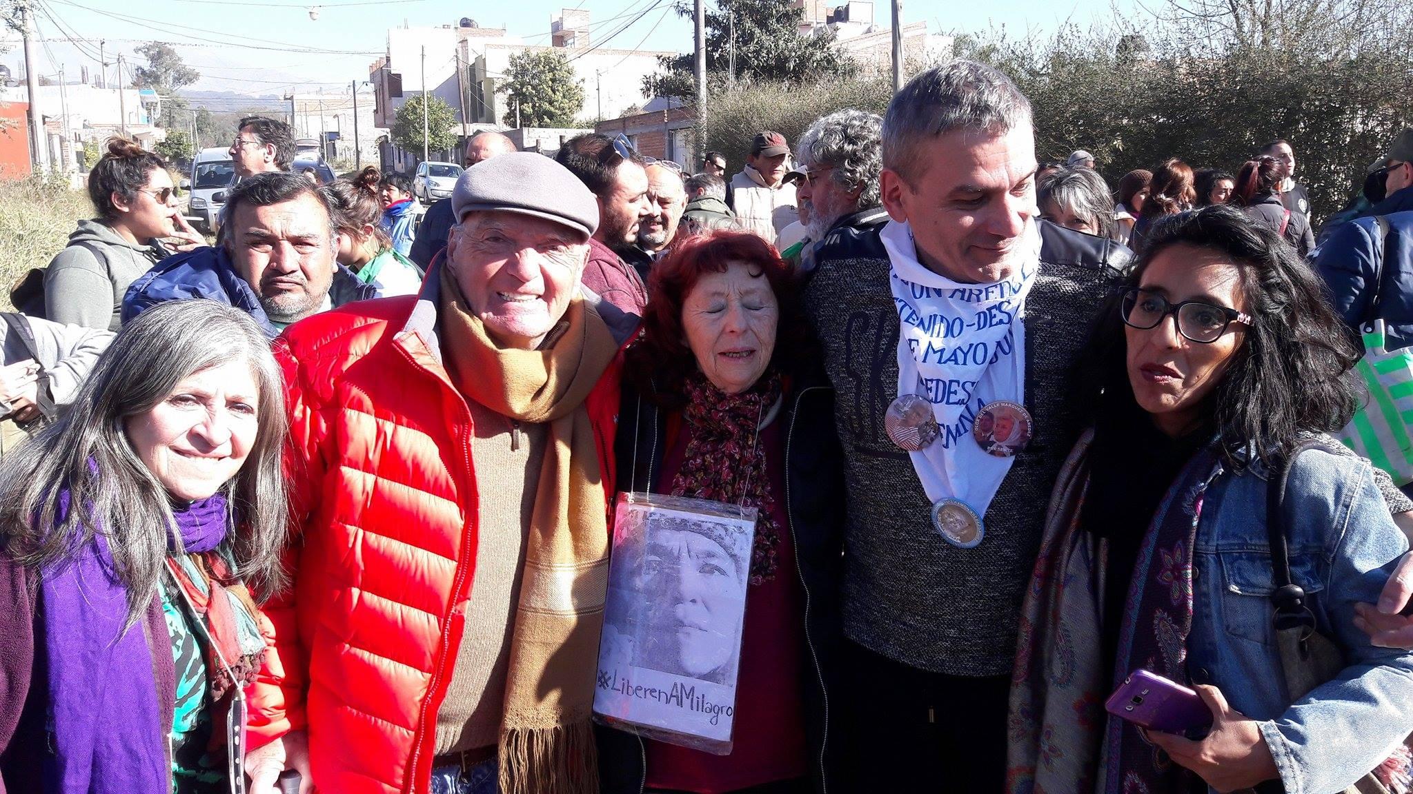 Raquel Kogan con Raúl Noro en la Marcha del Apagón. FOTO: RAQUEL KOGAN.