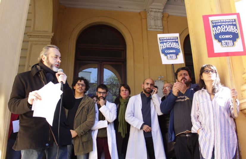 Los docentes se manifestaron en la puerta del Mariano Acosta.