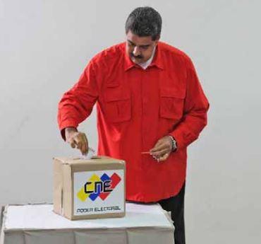 El Presidente Nicolás Maduro emitiendo su voto. Triunfo político del PSUV. FOTO: Correo del Orinocco