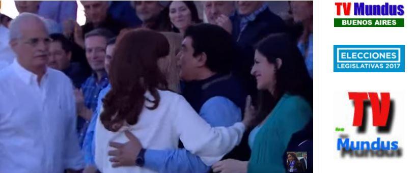 Cristina Fernández saluda al Presidente del peronismo bonaerense Fernando Espinoza.