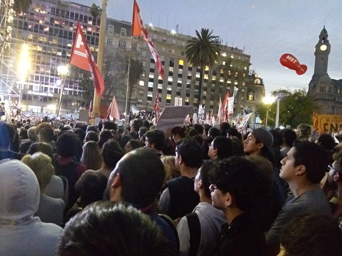 Miles de manifestantes reclamaron por Santiago Maldonado en el primer mes de su desaparición.