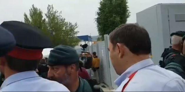 Los policías catalanes defienden a sus vecinos contra los embates fascistas que ya provocaron más de 500 heridos.