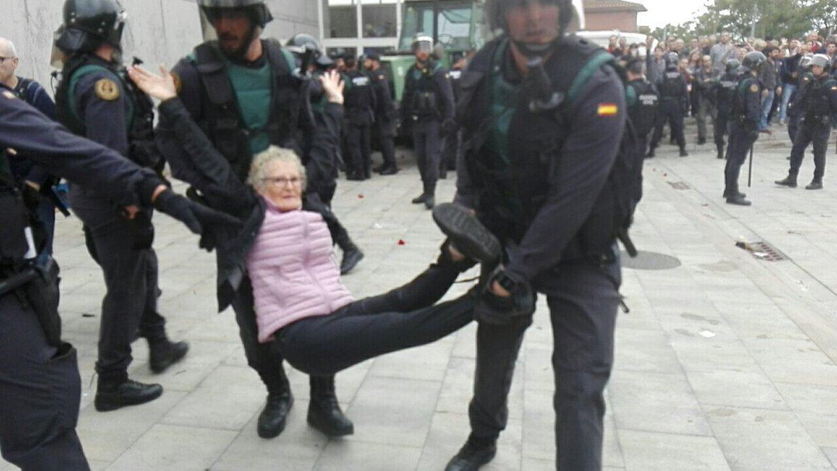 Una anciana que quiere ir a votar por la independencia de Catalunya es detenida por los policías monárquicos.