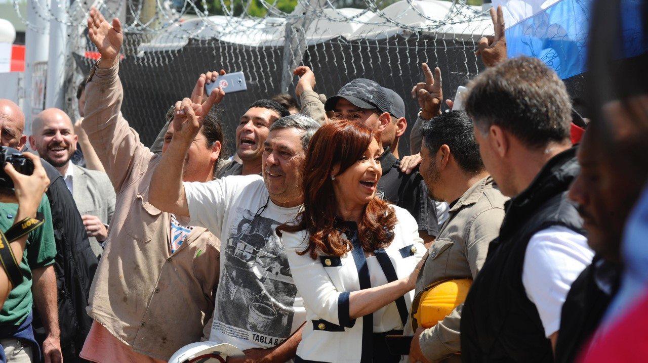 Cristina Fernández a la salida de Tribunales, donde la acompañaron miles de seguidores.