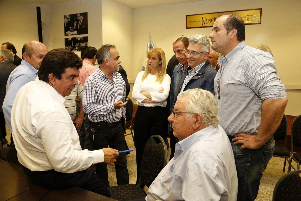 Fernando Espinoza con dirigentes del peronismo bonaerense.