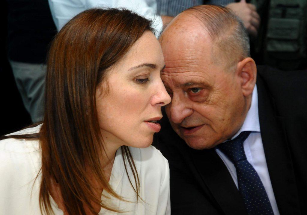 Arroyo sugiere mandarle favores sexuales de una chica bonita a los empresarios. En la foto junto a Vidal.