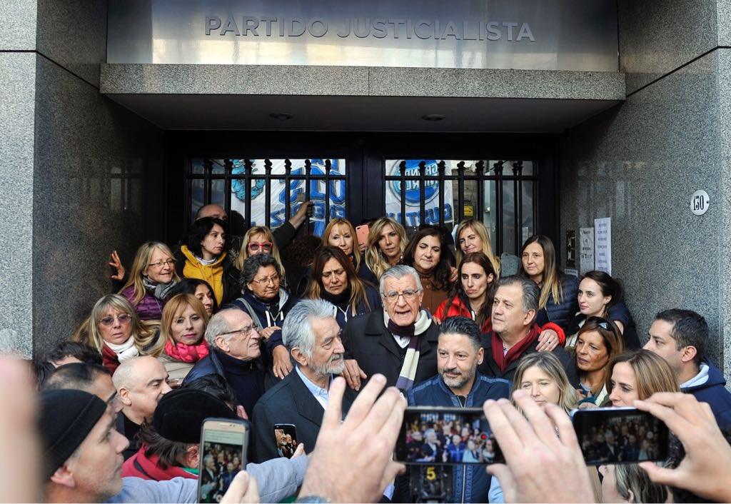 Los dirigentes peronistas en la puerta de la sede. Los macristas se llevaron las llaves.