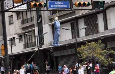 Venezuela_munecoColgado_medicoCubano_CO