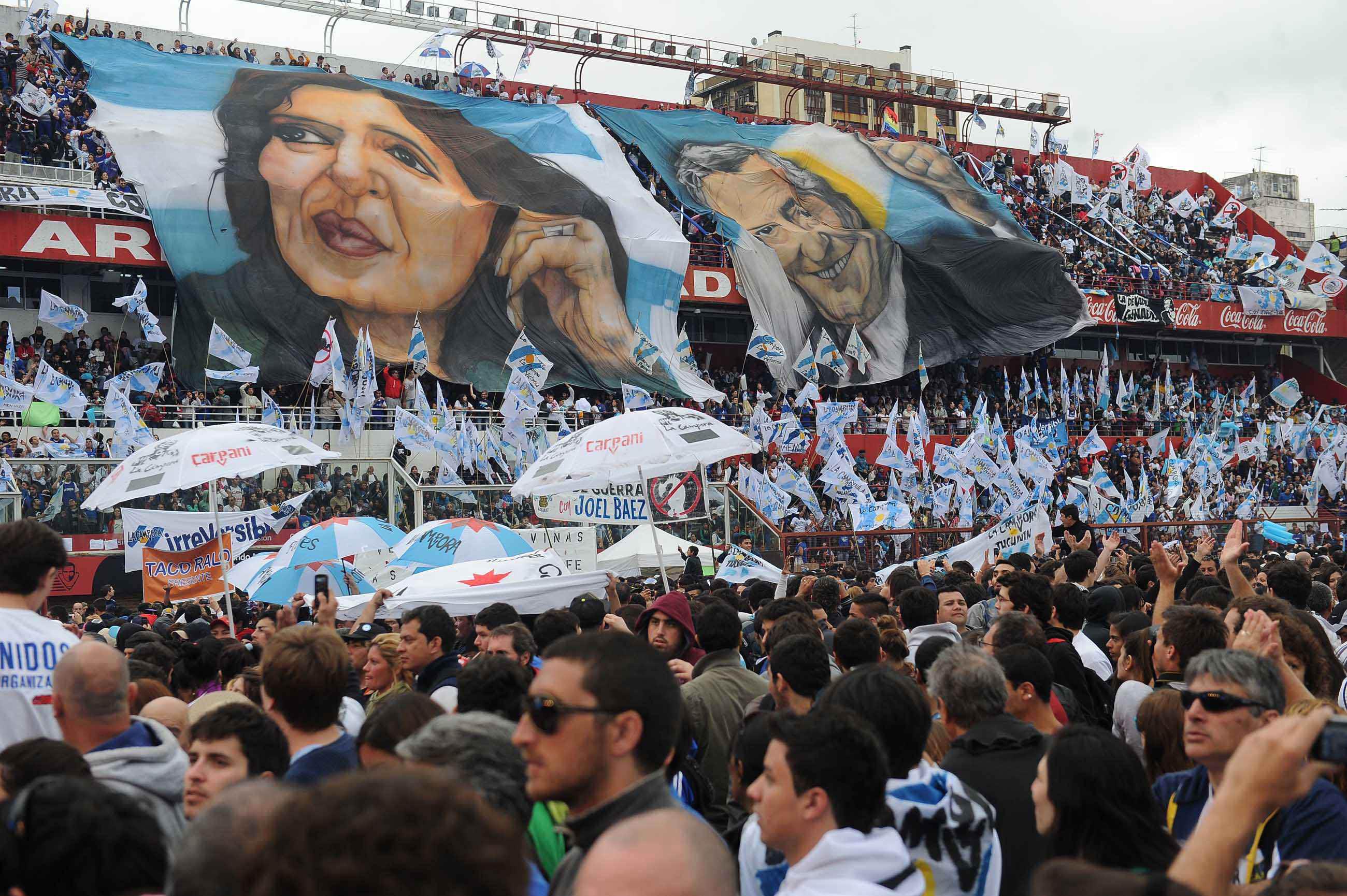 Cientos de miles de ciudadanos agradecen a la major época del país y prometen luchar por un pronto retorno.