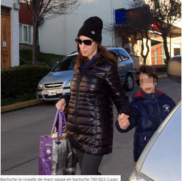 María Eugenia Vidal pretende escaparse del fotógrafo del diario patagónico RIO NEGRO. De la mano lleva a su hijo al salir de un shopping. La reconocieron por la tarjeta de crédito.