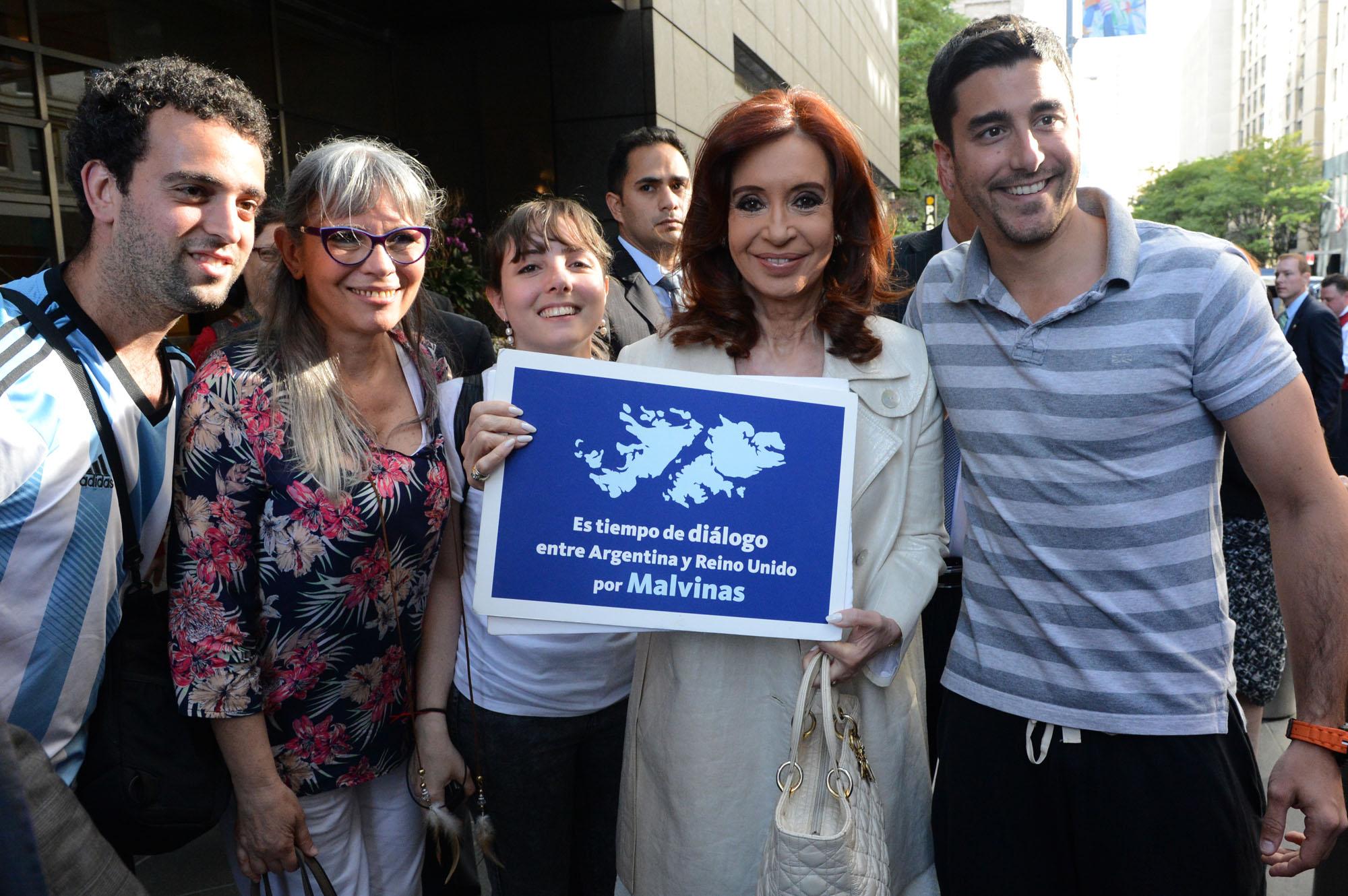 En las calles de Nueva York la Presidenta Cristina Fernández expresó el apoyo a la causa de Malvinas.