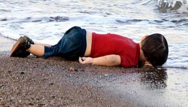 Un niño sirio apareció muerto en una playa europea tras naufragar.