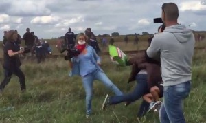 Una periodista húngara le hace una sancadilla a un sirio que corría con su hijo en brazos.