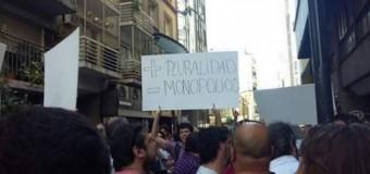 MEDIOS – Régimen | Abrazo para defenser al AFSCA ante el ataque del régimen macrista.