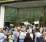 TRABAJADORES – Régimen | Macri ataca a los bancarios y por decreto les quita el aporte solidario mientras ofrece ridícula cifra paritaria.