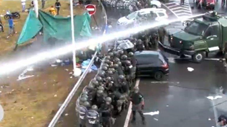 Camiones hidrantes para reprimir a trabajadores. Macri igual a la dictadura.
