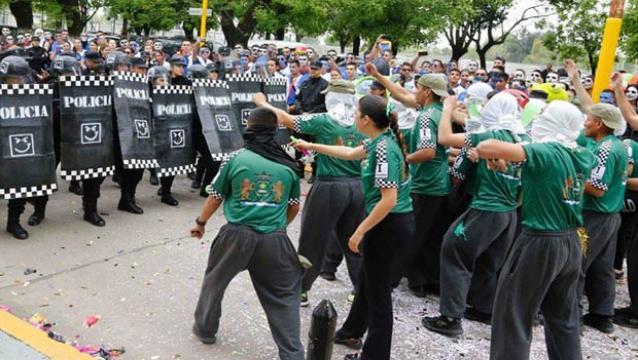 INCREIBLE. Es un acto de graduación de la Policía Metropolitana que simula una represión a trabajadores.