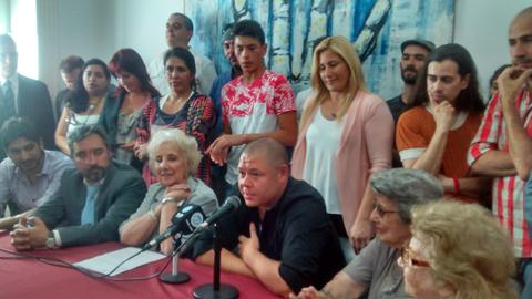 Mario Bravo en la sede las Abuelas junto a Estela de Carlotto. Nieto 119.