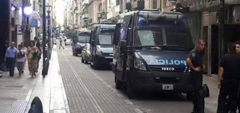 MEDIOS – Régimen | ÚLTIMO MOMENTO. La policía macrista impide el cumplimiento de la Ley en AFSCA. No dejan entrar a las autoridades legales.