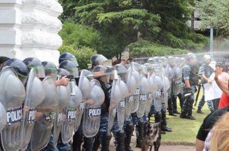 Los policías bonaerenses de María Vidal lanzan gas pimienta a los trabajadores despedidos.