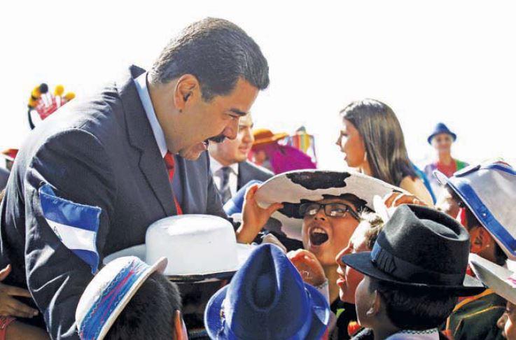 Nicolás Maduro con niños que lo esperaron en el Aeropuerto de Quito. FOTO: ANDES.
