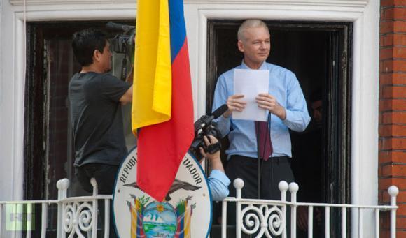 Assange en el balcón de la Embajda de la República de Ecuador en Londres. FOTO: ANDES (Ecuador)