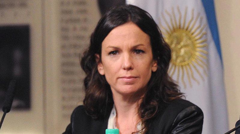 Carolina Stanley. Familia de banqueros. Simula ocuparse de la acción social.