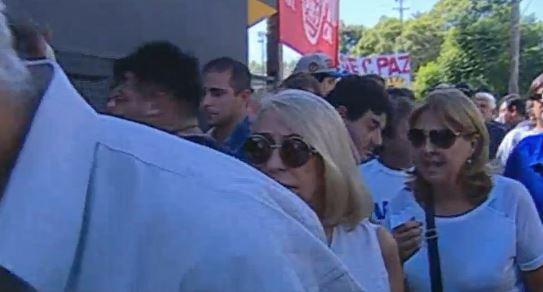 La llegada de congresistas al Estadio de Obras Sanitarias es masivo.